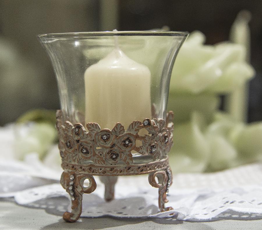 Bicchiere in vetro con piedini di ferro